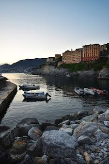 Piękny widok na mały port w camogli z kolorowymi domkami z widokiem na morze