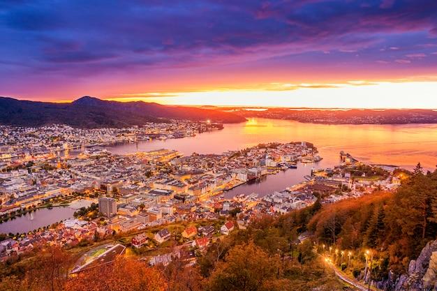 Piękny widok na miasto bergen o zmierzchu