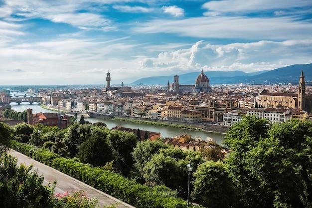 Piękny widok na miasto florencja i katedrę santa maria del fiore. florencja, włochy