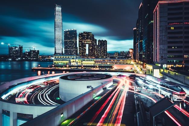 Piękny widok na miasto honk kong z drogami i światłami o długiej ekspozycji w nocy