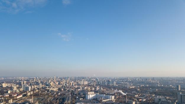 Piękny widok na miasto kijów na tle błękitnego nieba, dzielnica dorohozhychi. zdjęcie zrobione z drona