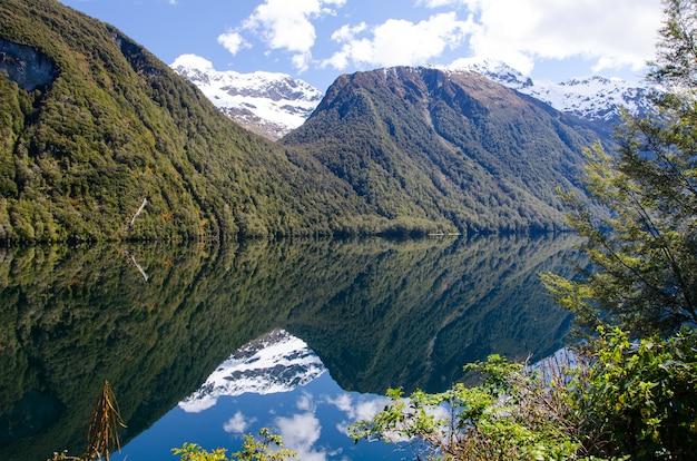 Piękny widok na mirror lakes, milford sound, nowa zelandia