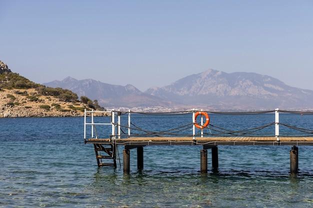 Piękny widok na morze i drewniane molo?