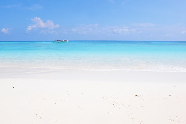 Piękny widok na morze i plażę na wyspie tachai w tajlandii.