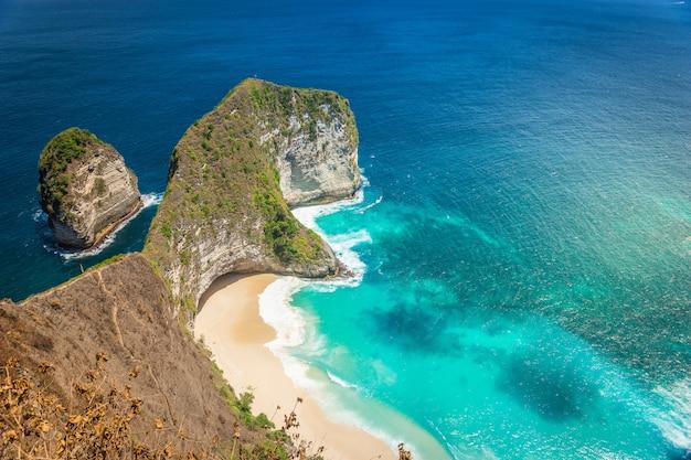 Piękny widok na morze i plażę w nusa penida, bali, indonezja