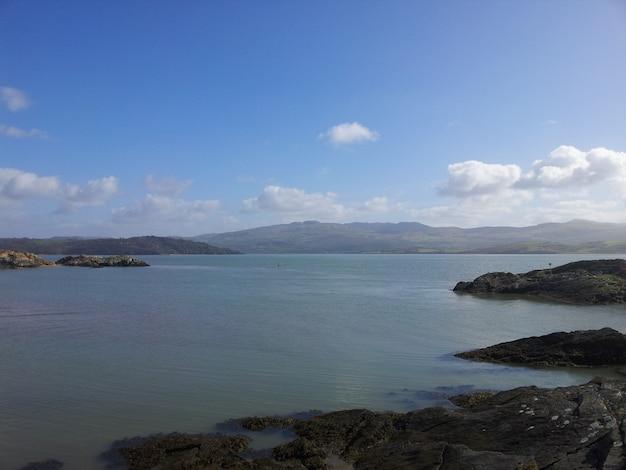 Piękny widok na morze i skaliste wybrzeże z górami