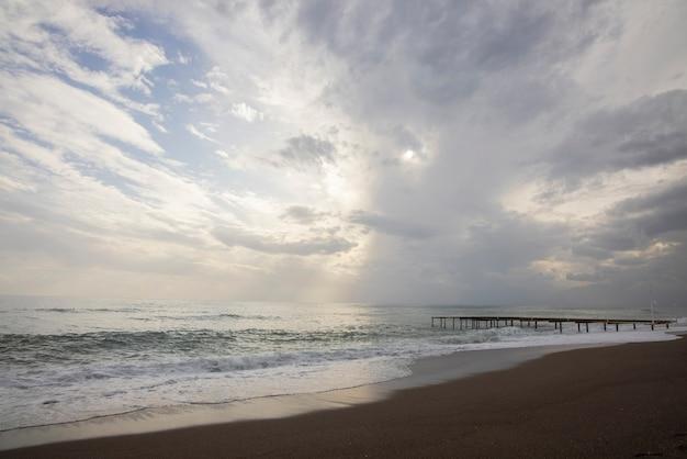 Piękny widok na morze i zachmurzone niebo