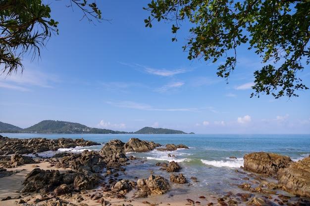 Piękny widok na morze na plaży kalim w pobliżu plaży patong ze skałami na pierwszym planie w phuket tajlandia.
