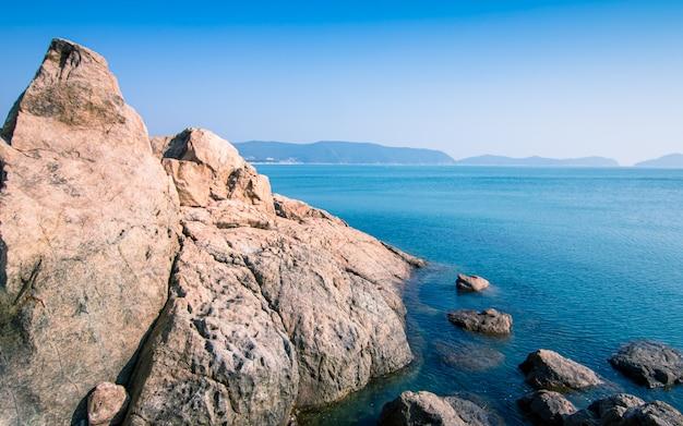 Piękny widok na morze sinji myeongsasimni beach, wando, korea południowa.
