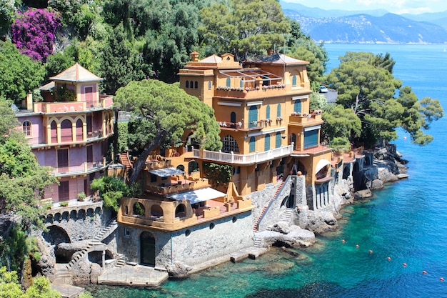 Piękny widok na morze z luksusowymi willami w portofino we włoszech