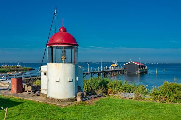 Piękny widok na morze z małą latarnią morską w marken, holandia