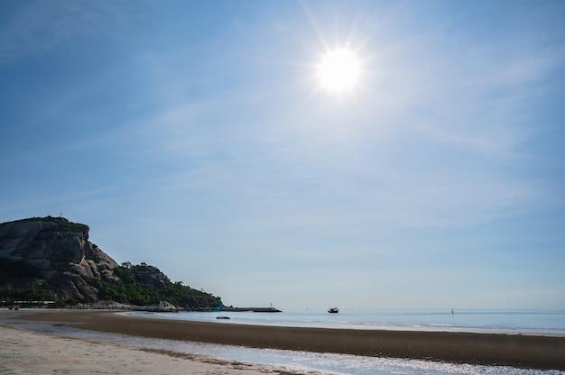 Piękny widok na morze z plaży khao takiab w huahin prachuap khiri khan thailand