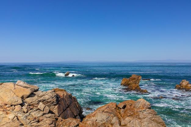 Piękny widok na morze z point joe, pebble beach (spanish bay), 17 mile drive, kalifornia, usa