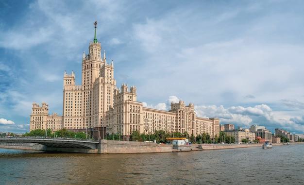 Piękny widok na moskwę. panoramiczny widok na stalinowski budynek mieszkalny na nabrzeżu rzeki moskwy.