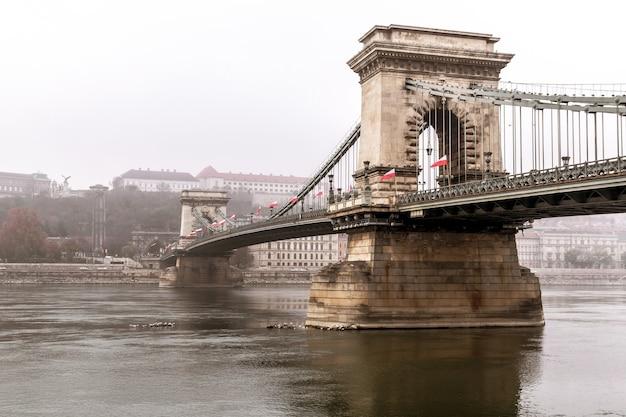 Piękny widok na most łańcuchowy na dunaju w budapeszcie na węgrzech