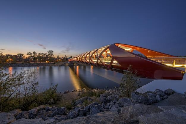 Piękny widok na most pokoju nad rzeką zrobiony w calgary w kanadzie
