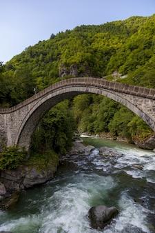 Piękny widok na most zrobiony we wsi arhavi kucukkoy, turcja