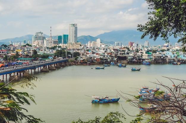 Piękny widok na nha trang i zatokę prowincji seain khanh hoa w południowych chinach po południu w wietnamie.