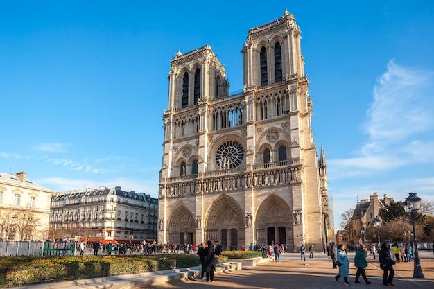 Piękny widok na notre dame de paris, średniowieczny kościół w paryżu, francja.