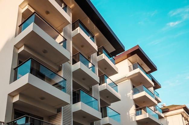 Piękny widok na nowoczesne hotele, przeszklone balkony, białe fasady. te, ścieżka, dobre hotele.