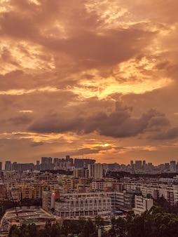 Piękny widok na nowoczesne i ruchliwe miasto z niebem i chmurami podczas wschodu słońca
