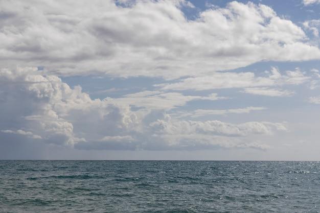 Piękny widok na ocean i zachmurzone niebo