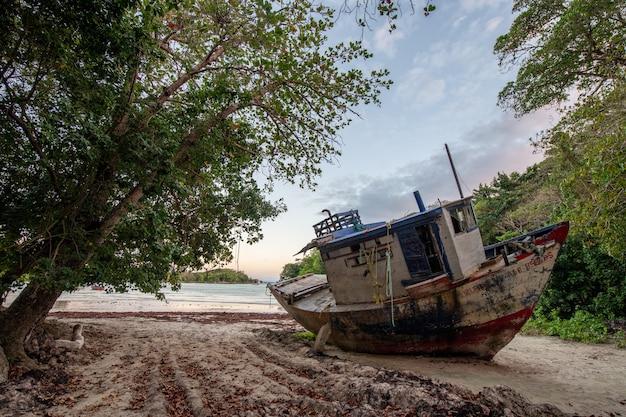 Piękny widok na opuszczony statek pozostawiony na wybrzeżu