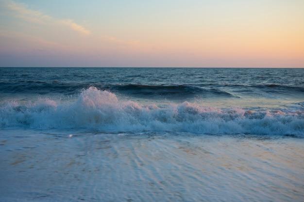 Piękny widok na panoramę i morze o zachodzie słońca, letni wieczór nad oceanem