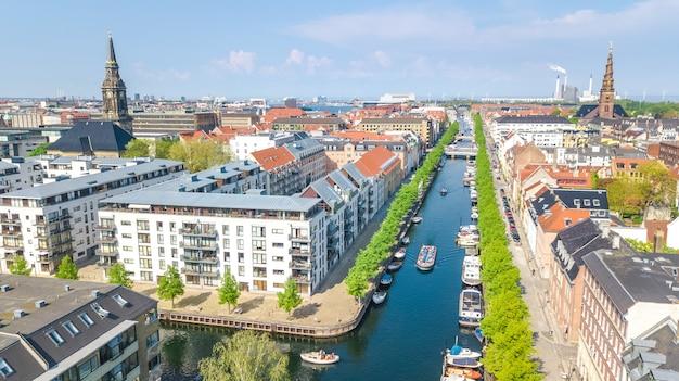 Piękny widok na panoramę kopenhagi z góry, nyhavn historyczny port molo i kanał z kolorowymi budynkami i łodziami na starym mieście w kopenhadze, dania