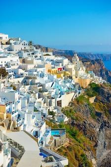 Piękny widok na panoramę miasta fira na skalistym wybrzeżu wyspy santorini w grecji. grecki krajobraz