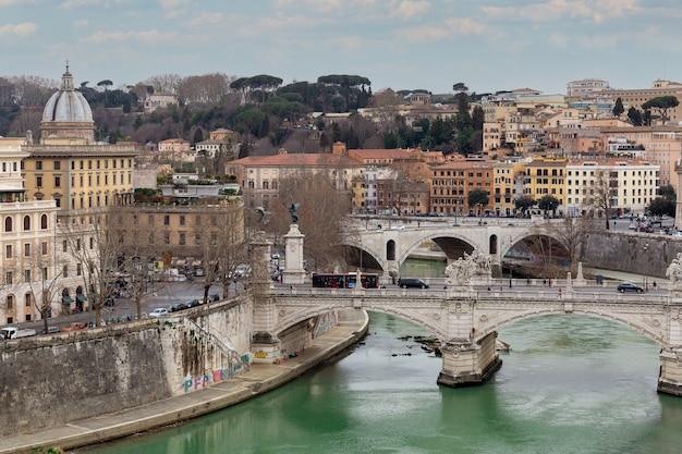 Piękny widok na panoramę tybru z mostami.