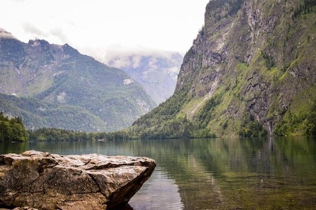 Piękny widok na park narodowy berchtesgaden w ramsau w niemczech