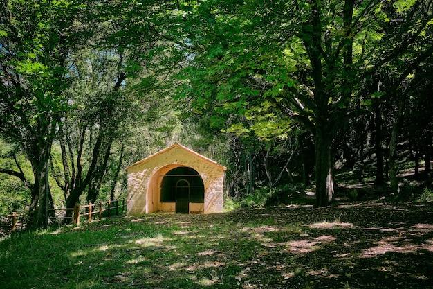 Piękny widok na park przyrody arche de ponadieu, położony w alpes maritimes we francji