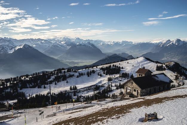 Piękny widok na pasmo górskie rigi w słoneczny zimowy dzień z ceglanymi budynkami