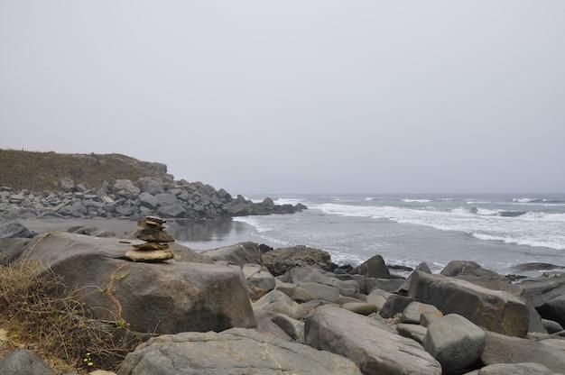 Piękny widok na pełną kamieni plażę w punta de lobos w pichilemu w chile
