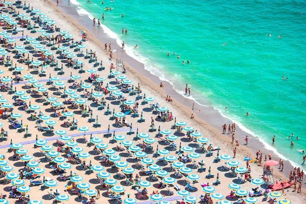 Piękny widok na pełną plażę