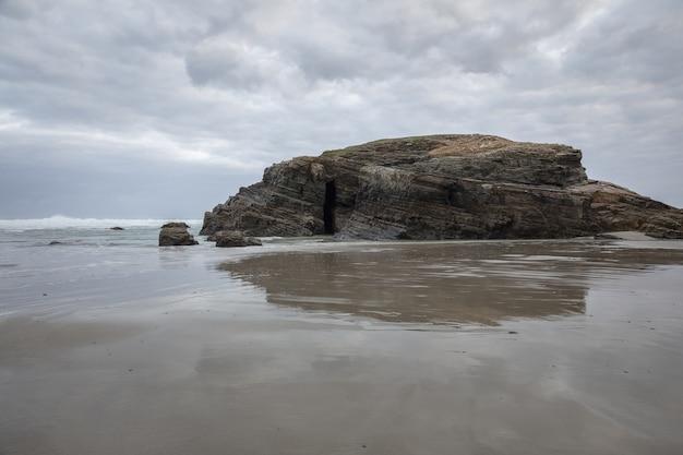 Piękny widok na playa de las catedrales w hiszpanii