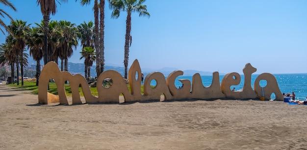 Piękny widok na plażę malagueta latem.