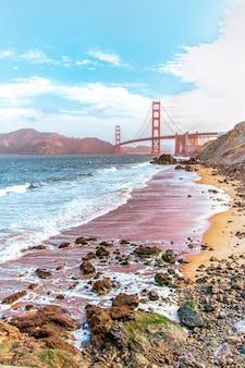 Piękny widok na plażę w san francisco z widocznym mostem baker