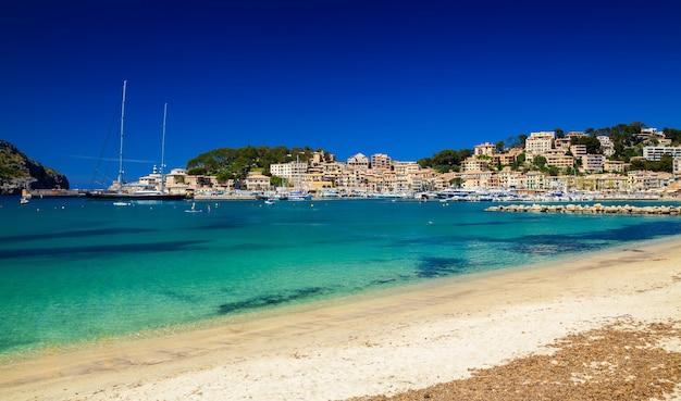 Piękny widok na port w port de soller na majorce