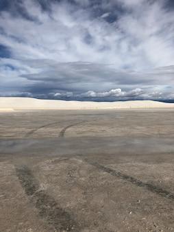Piękny widok na pustynię pod zachmurzonym niebem w nowym meksyku