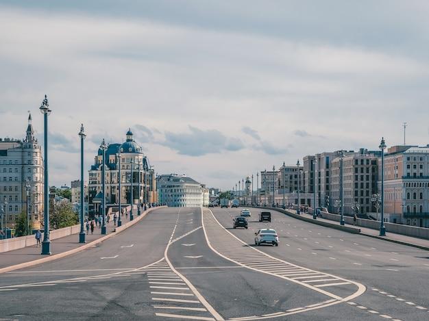 Piękny widok na ruch uliczny na moście w moskwie.
