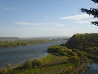 Piękny widok na rzekę i wzgórza