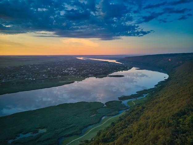 Piękny widok na rzekę o wschodzie słońca. rekreacja na świeżym powietrzu. panorama dniestru.
