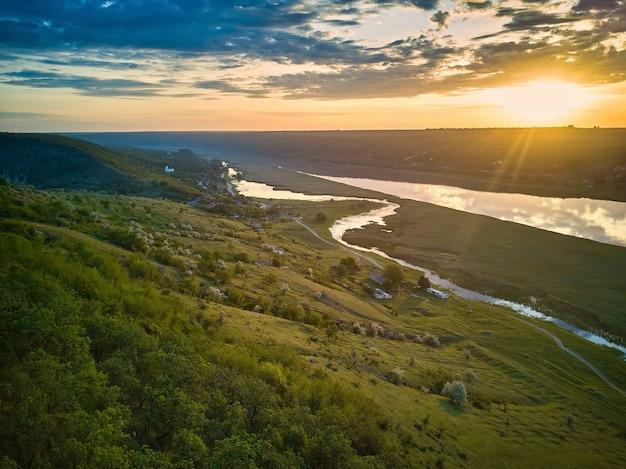 Piękny widok na rzekę o wschodzie słońca.