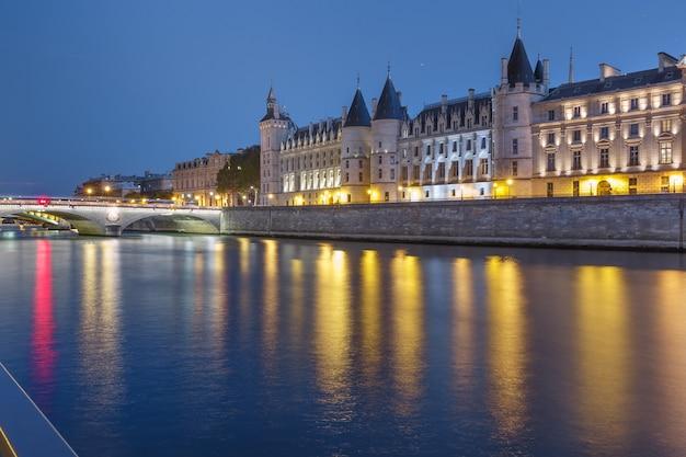 Piękny widok na sekwanę i conciergerie w nocy w paryżu, francja