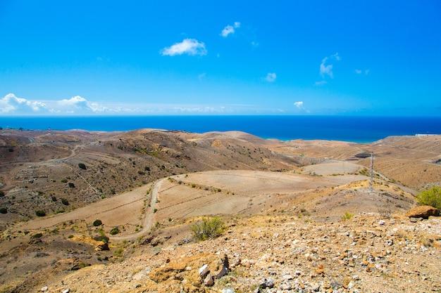 Piękny widok na skalisty punkt orientacyjny na wyspie gran canaria, hiszpania