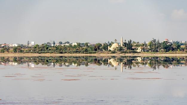 Piękny widok na słone jezioro w larnace na cyprze 2020