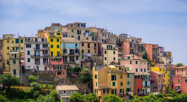Piękny widok na słynną wioskę corniglia w parku narodowym cinque terre we włoszech