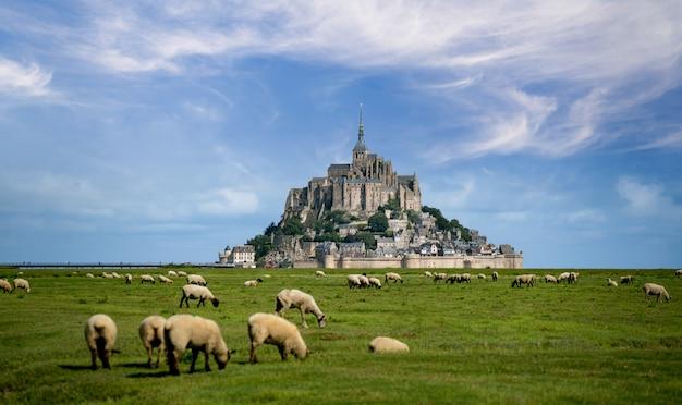 Piękny widok na słynną zabytkową wyspę pływową le mont saint-michel